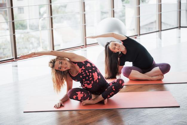 Concetto di yoga e fitness gravidanza. Foto Gratuite