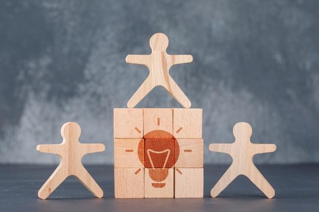 Concettuale di idea imprenditoriale con parete di blocchi di legno con l'icona di idea. Foto Gratuite