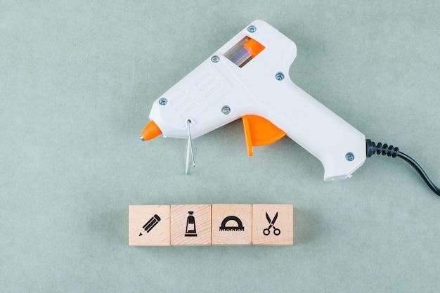 Concettuale di cucinare con blocchi di legno con icone, pistola per colla. Foto Gratuite