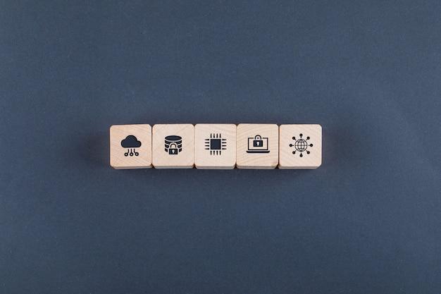 Концептуальные облачного сервера и бизнеса. с деревянными блоками с иконами на темном цветном столе. Бесплатные Фотографии