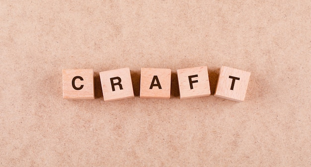 フラットな言葉で木製のブロックでクラフトの概念が横たわっていた。 無料写真