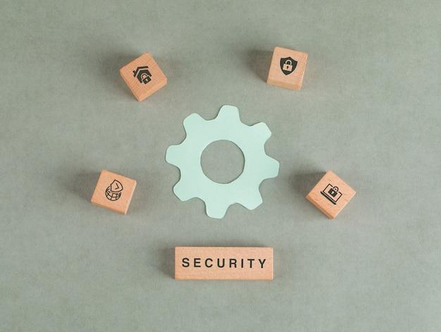 Концептуальные безопасности с деревянными блоками, значок настроек бумаги. Бесплатные Фотографии