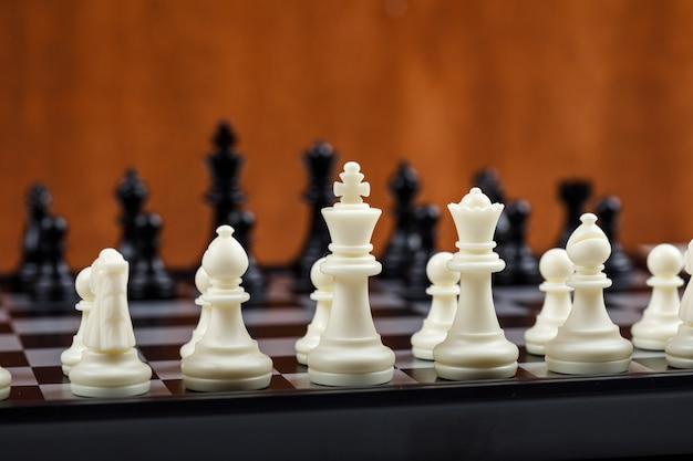 Концептуальные стратегии и шахматы. с шахматными фигурами вид сбоку. горизонтальное изображение Бесплатные Фотографии