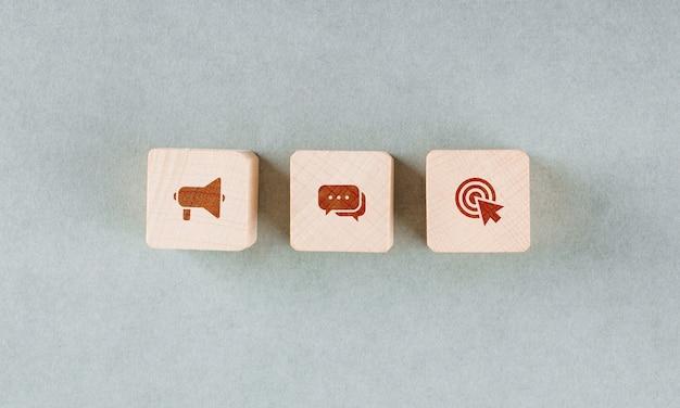 Concettuale del bersaglio con blocchi di legno con icone rosse. Foto Gratuite