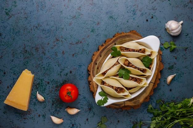 Итальянская паста conchiglioni rigati, фаршированная мясом. Бесплатные Фотографии