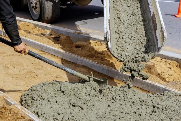 Льющийся бетон подача бетонной смеси в бункерах