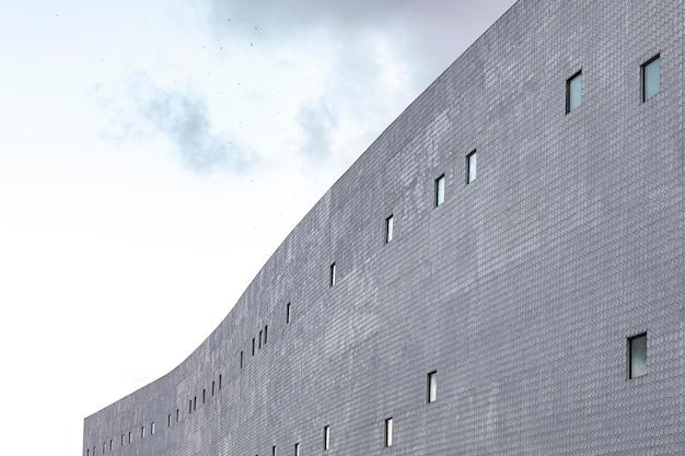 Edificio in cemento in città Foto Gratuite