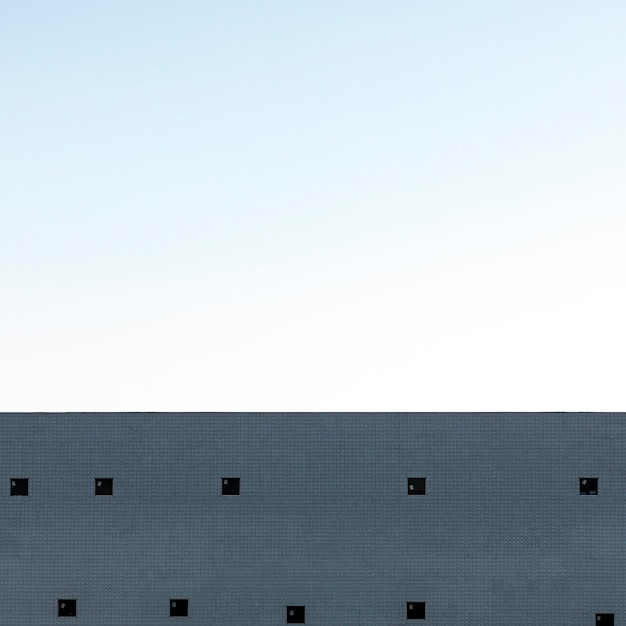 Бетонная конструкция в городе с небом Бесплатные Фотографии