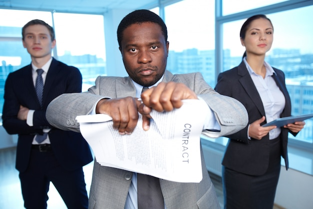 Confident businessman rejecting the agreement Free Photo
