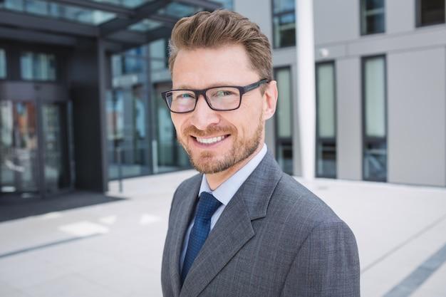Уверенный бизнесмен улыбается Бесплатные Фотографии