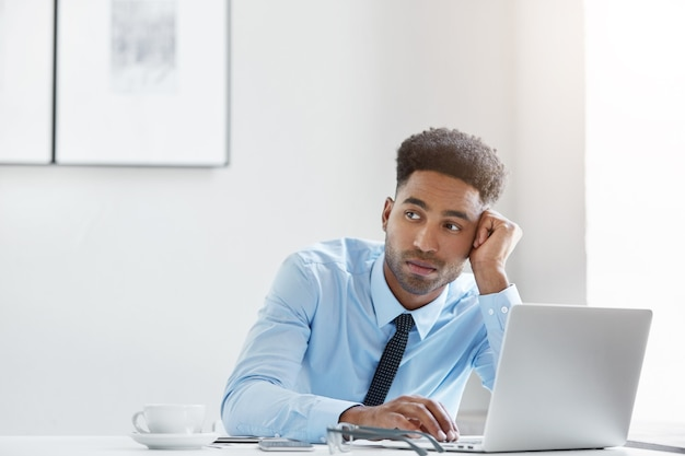 Confident businessman working on his laptop Free Photo