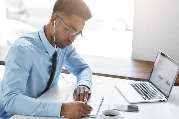 Уверенный бизнесмен, работающий на своем ноутбуке Бесплатные Фотографии