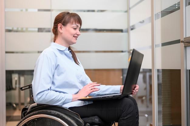 車椅子作業で自信を持って女性実業家 無料写真