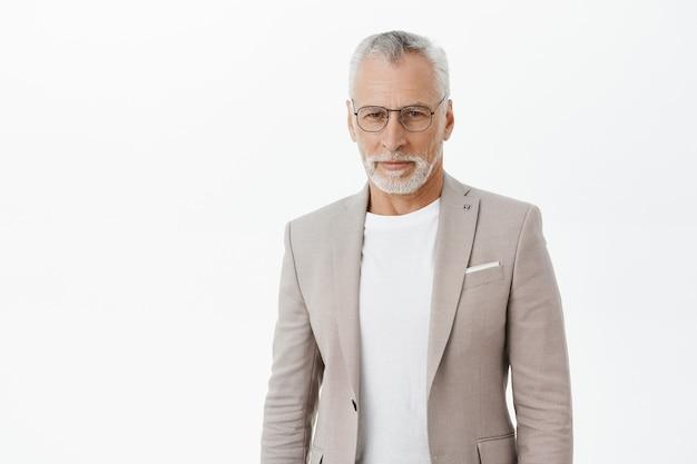 真剣に見えるスーツとメガネで自信を持ってハンサムなビジネスマン 無料写真
