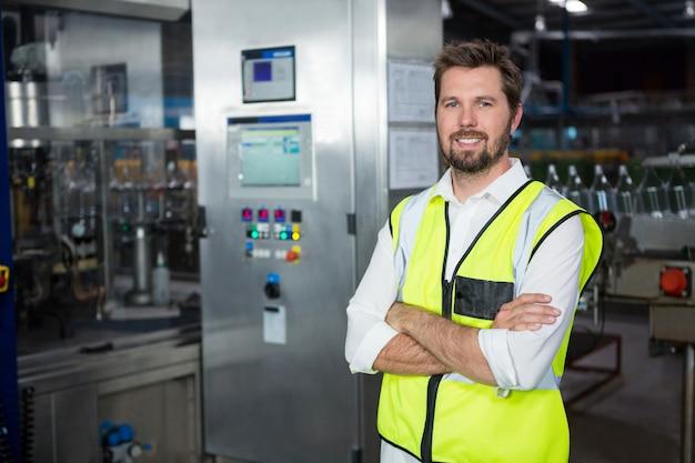 工場に立っている自信のある男性労働者 無料写真
