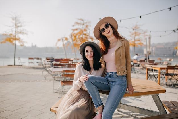 秋の朝にカフェに座って眼鏡をかけて自信を持って赤毛の女性 無料写真