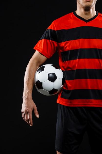 Уверенный футболист с мячом, играть в футбол Бесплатные Фотографии