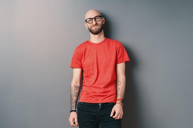 블랙 프레임 안경을 쓰고 자신감 세련 된 젊은 수염 된 남자 프리미엄 사진