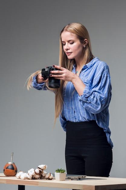 食べ物の写真を撮る青いシャツを着て自信を持って女性 無料写真