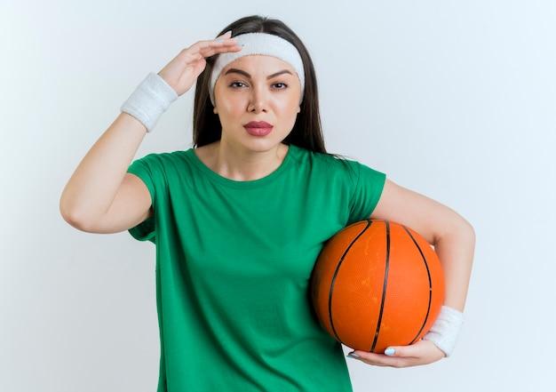 거리를 찾고 농구 공을 들고 머리띠와 팔찌를 착용 자신감 젊은 스포티 한 여자 무료 사진