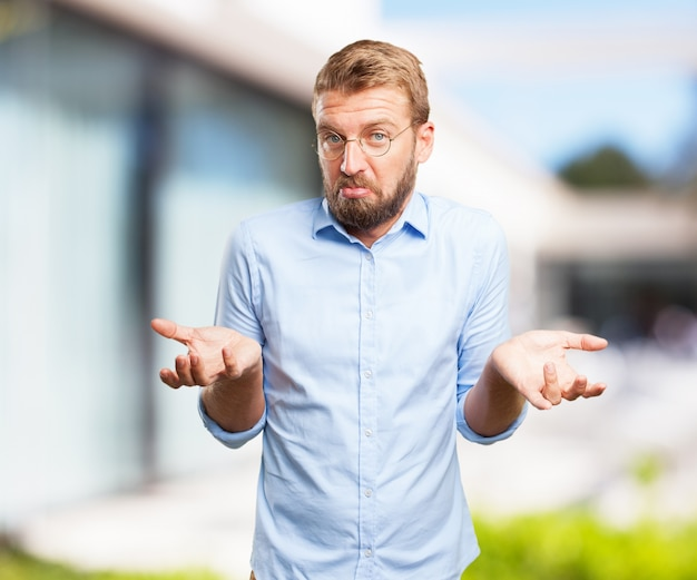 Confused businessman with blurred background Free Photo