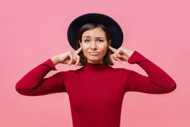 Gir confuso si coprì le orecchie con le dita persone, concetto di linguaggio del corpo. Foto Gratuite