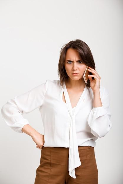Путать женщина, имеющая телефонный звонок Бесплатные Фотографии
