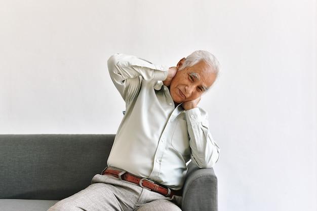 Смущающий и забывчивый пожилой азиатский человек с думая жестом, болезнь альцгеймера, проблема когнитивного мозга слабоумия в старом пенсионере, старшая концепция здравоохранения. Premium Фотографии
