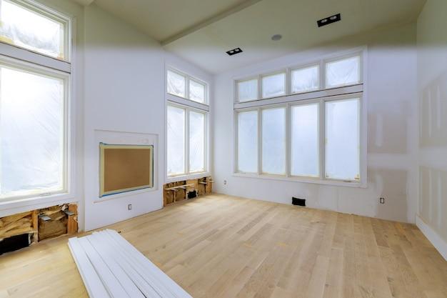 Строительство, строительство, строительство, строительство, новый дом, внутренняя лента, гипсокартон и детали отделки нового дома перед установкой Premium Фотографии