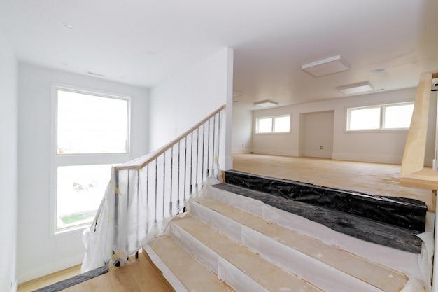 Строительная отделка деталей нового дома перед установкой внутренней гипсокартонной ленты Premium Фотографии