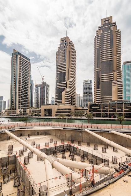 Costruzione di un nuovo skycraper a dubai, emirati arabi uniti Foto Gratuite
