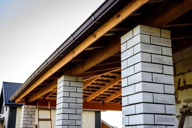 Строительство скатной кровли. обшивка металлической кровли. скат крыши. Premium Фотографии