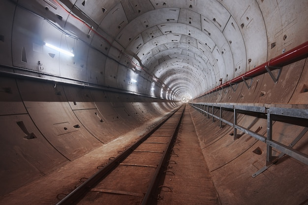 Строительство тоннеля метро с белым светом Premium Фотографии