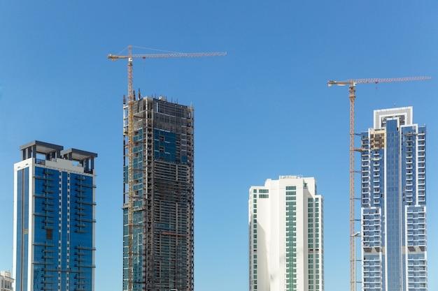 多階建ての建物の最終階の建設 Premium写真