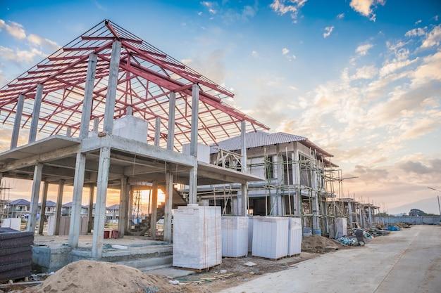建築現場で建設中の住宅用新築住宅 Premium写真