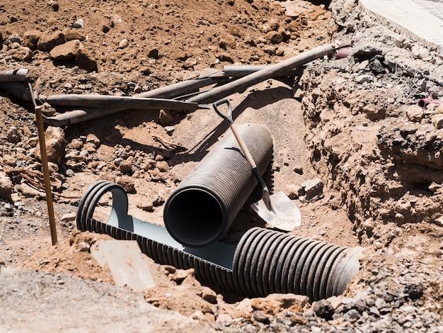 Строительная площадка с выкопанными трубами Premium Фотографии
