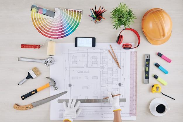 建設労働者の家の青写真を測定 Premium写真