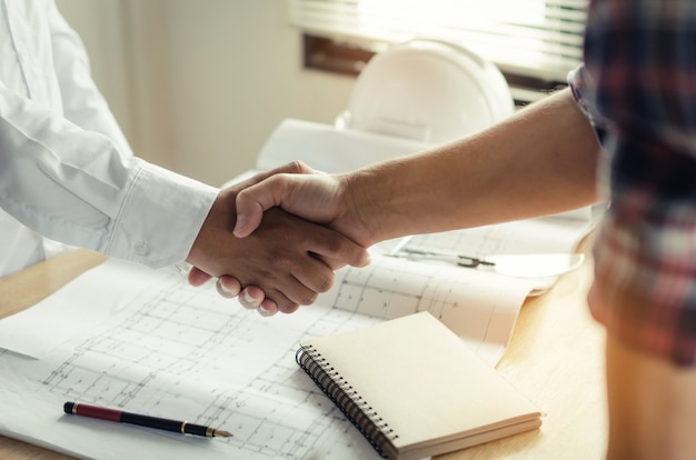 Construction worker shaking hands with customer Premium Photo