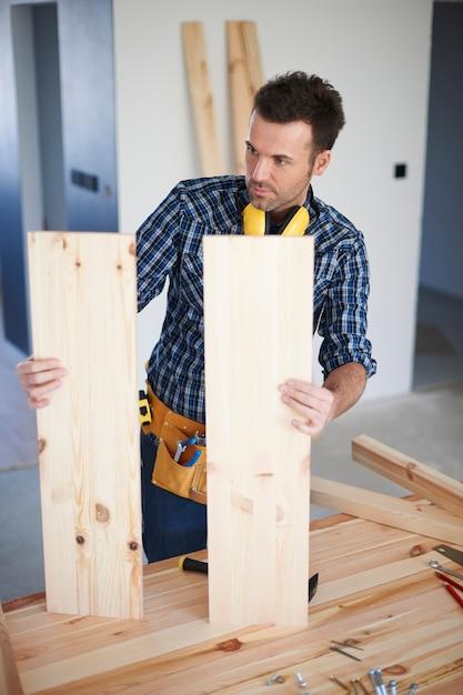 Строитель с деревянными досками Бесплатные Фотографии