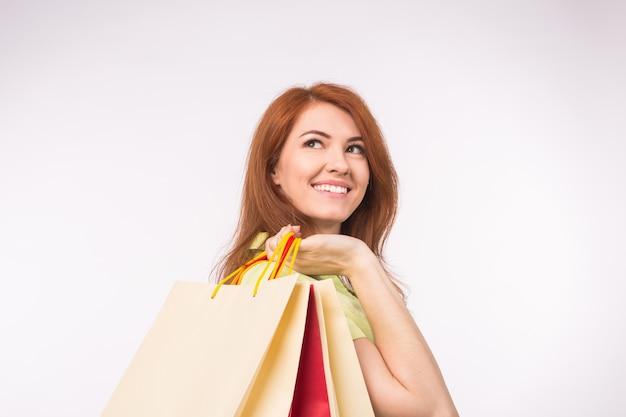 소비자, 판매 및 사람들 개념. 쇼핑 가방을 들고 스타일 빨강 머리 여자 프리미엄 사진