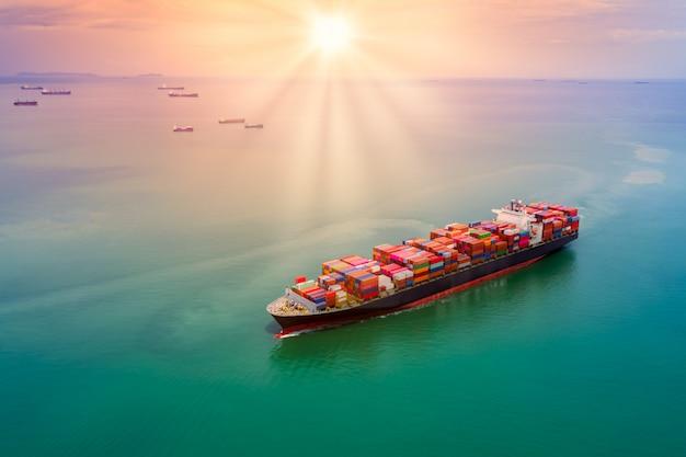 コンテナー貨物物流輸送輸送と空撮に沈む夕日 Premium写真