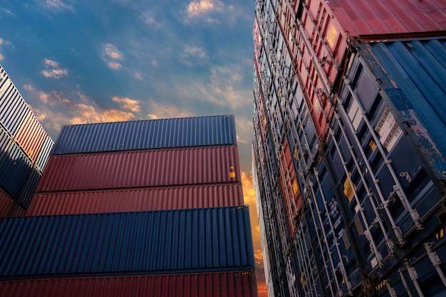 Контейнерная площадка для концепции логистики, импорта и экспорта. Premium Фотографии