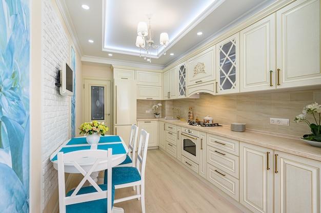 Современный классический интерьер кухни в стиле прованс Premium Фотографии