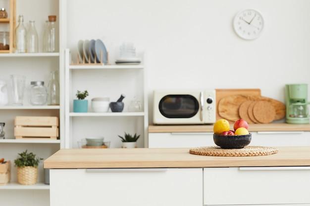 Современный интерьер кухни с минималистичным дизайном и деревянными элементами Premium Фотографии