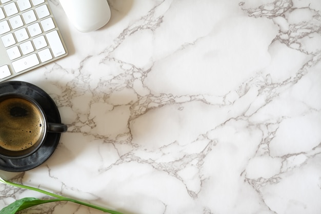 Contemporary marble office table and office supplies Premium Photo