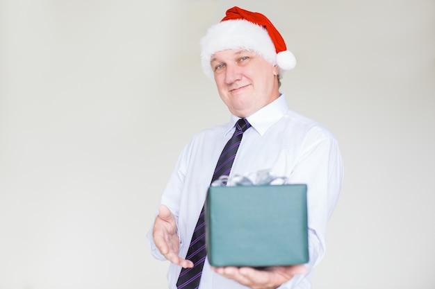 Contenuto business man in santa hat giving gift Foto Gratuite