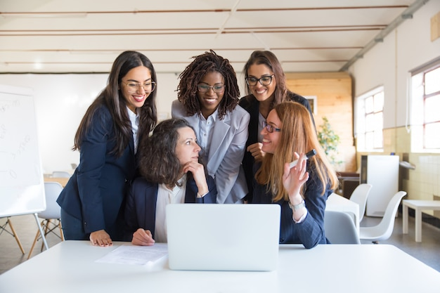 Content businesswomen working with laptop Free Photo
