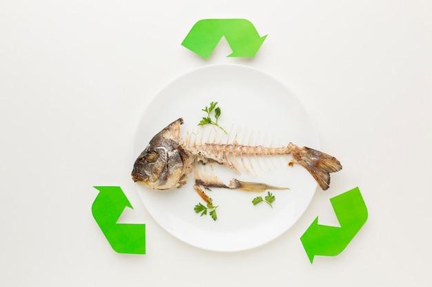 Simbolo di riciclo astratto avanzi di pesce cotto Foto Gratuite