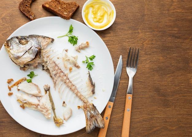 Avanzi di pesce cotto e posate Foto Gratuite