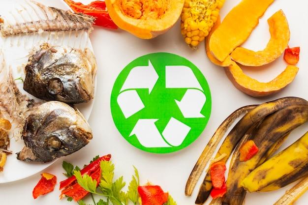 Avanzi di pesce cotto e altro simbolo di riciclaggio di cibo avanzato Foto Gratuite